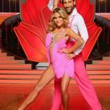 """In der ersten Show am 20. Dezember bestreitet jedes Paar zwei Tänze. Schauspielerin Sophia Thomalla tanzt mit Massimo Sinatò unter anderem eine Rumba zu """"Fields Of Gold""""."""