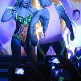 Im Planet Hollywood in Las Vegas liefert Britney eine spektakuläre Show ab. Im Zusammenspiel mit einem Tänzer trägt Spears' einen neonfarbenen Spitzenbody.