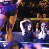 Miley Cyrus tanzt ausgelassen mit Britneys Mutter Lynne Spears in der ersten Reihe.