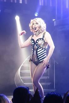 Britney Spears wechelt während der Show mehrfach ihr Outfit und auch die Frisur variiert von Song zu Song - mal kurz mal lang, mal blond mal brünett.