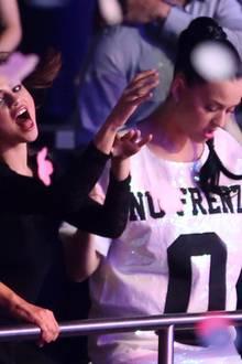 Selena Gomez und Katy Perry feiern im Publikum und singen Britneys Hits lauthals mit.