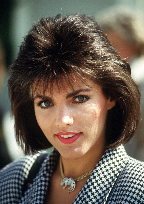 """Man erkennt sie kaum wieder: Auf diesem Bild von 1986 wirkt Birgit Schrowange fast älter als sie heute ist. Bevor die gebürtige Sauerländerin 1994 zu RTL wechselt um dort das wöchentliche Magazin """"Extra"""" zu moderieren, arbeitet sie unter anderem beim WDR und ZDF."""