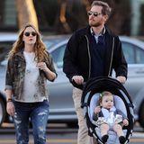 Januar 2014  Drew Barrymore und Will Kopelman verbringen mit Olive einen Tag im kalifornischen Santa Monica. Noch kann sich die Kleine über die ungeteilte Aufmerksamkeit ihrer Eltern freuen. Drew Barrymore hat erst im Dezember verkündet, dass sie ein zweites Mädchen erwartet.