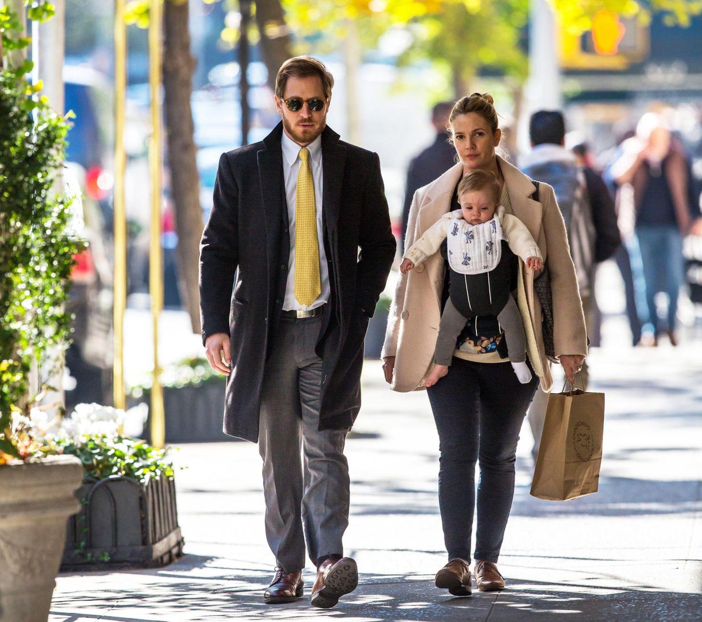 10. November 2014  Drew Barrymore, Töchterchen Frankie und ihr Mann Will spazieren an einem schönen Herbsttag durch Brooklyn.