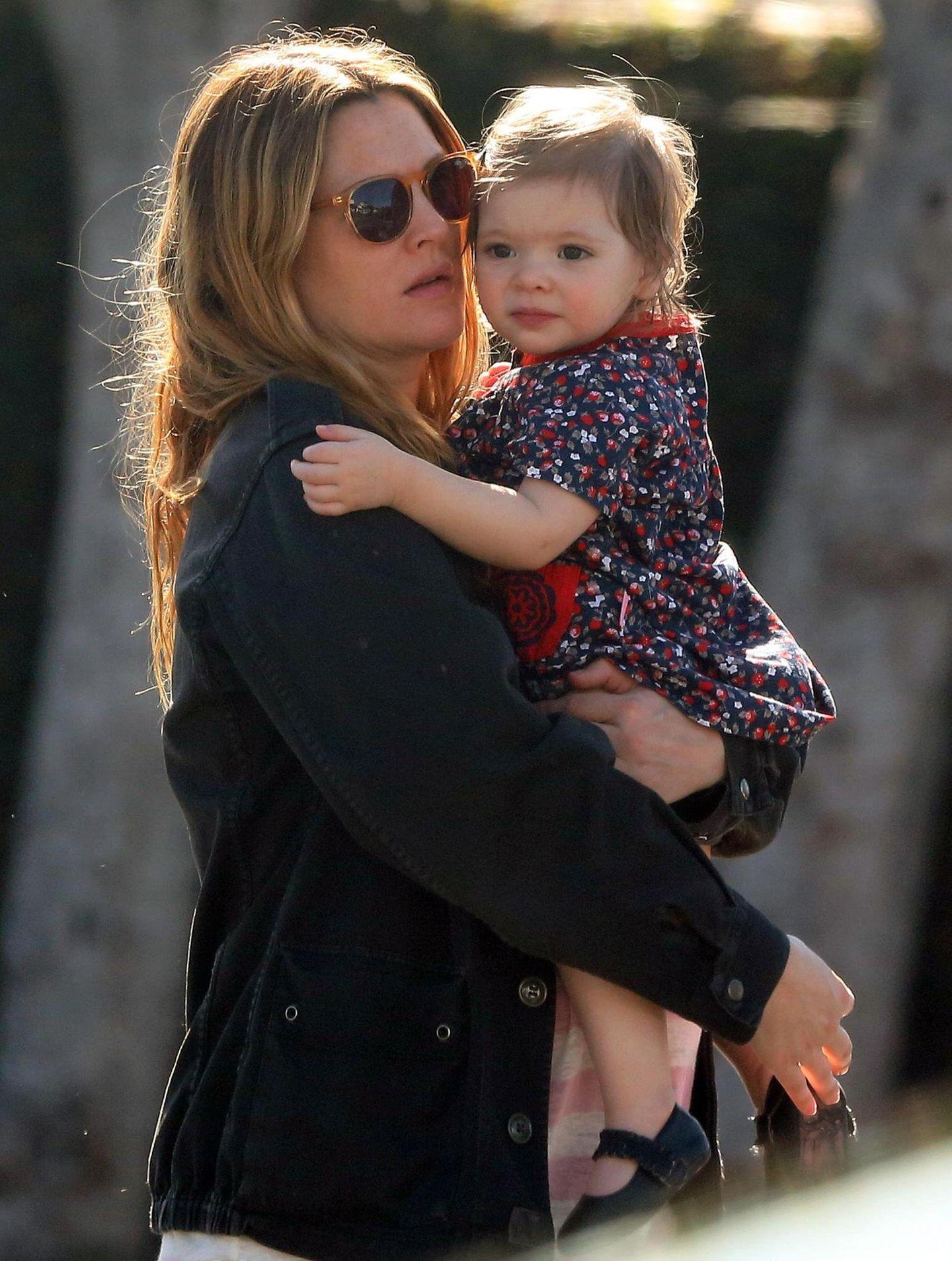 25. Januar 2014  Die schwangere Drew Barrymore ist gemeinsam mit Ehemann Will und Tochter Olive zum Shopping in West Hollywood unterwegs. Trotz rundem Kugelbauch trägt Drew Barrymore Olive auf dem Arm.