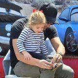 """31. Mai 2015  Nach dem Rutschen zieht Will Kopelman seiner Tochter die Schuhe wieder an. Das Vater-Tochter-Gespann besucht den """"Farmer's Market"""" in Studio City, Los Angeles."""