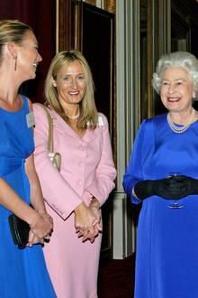 """Eine erlesene Damenrunde scharrt sich hier um Queen Elizabeth. Kate Moss, """"Harry Potter""""-Autorin Joanne J. Rowling, Paul McCartneys Ex-Frau Heather Mills und Sängerin Charlotte Church haben bei einem Empfang im Buckingham Palace sichtlich Spaß."""