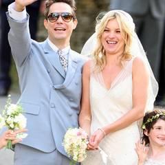 Jamie Hince und Kate Moss leben den Rock'n'Roll-Lifestyle. Zu ihrer Hippie-Hochzeit im Juli 2011 auf dem englischen Land kommen unzählige Models, Musiker und Schauspieler. Das Brautkleid entwarf Kates guter Freund, Star-Designer John Galliano.