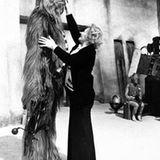 """Der hochgewachsene Brite Peter Mayhew war perfekt für die Rolle des Riesen """"Chewbacca"""" - das Frisurenstyling am Set verlangte Hair- und Make-up-Artists wie hier Kay Freeborn allerdings einiges ab."""