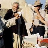 """Die Crew feiert den Geburtstag von Sir Alec Guiness (""""Obi Wan Kenobi""""). In Tunesien wird Torte gegessen und angestoßen."""
