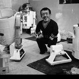 """""""R2-D2""""-Darsteller Kenny Baker neben seinem Kostüm. Mit einer Körpergröße von 1, 11 Metern passte er perfekt in den Körper des Droiden."""