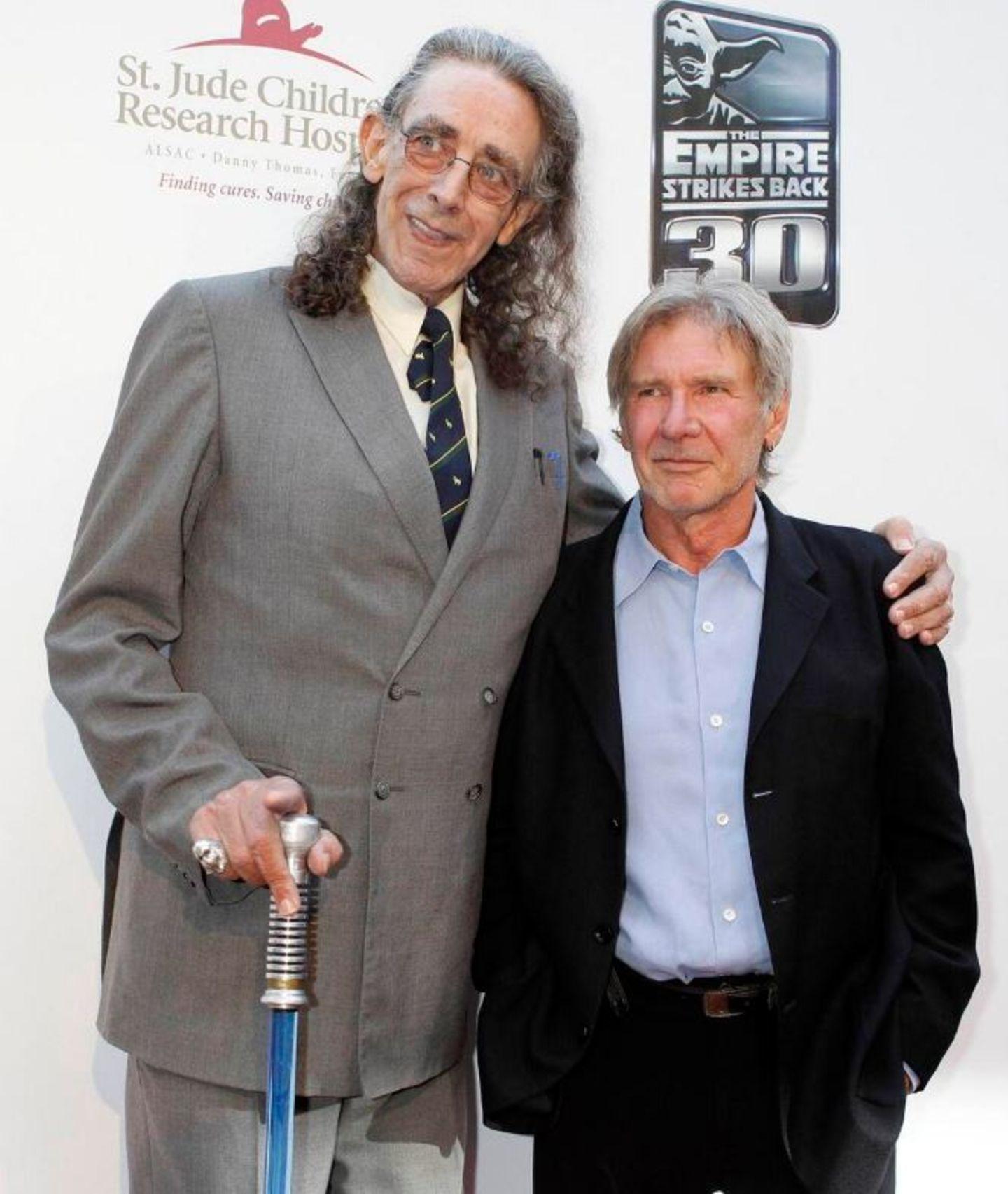 """Peter Mayhew hat auf Twitter zahlreiche Archiv-Fotos vom """"Star Wars""""-Dreh in den Siebziger Jahren veröffentlicht. Ein aktuelles Bild ist auch dabei: Hier ist er Harrison Ford, der """"Luke Skywalker"""" spielte, zu sehen.   Mayhew ist 2,18 Meter groß und hatte in der Vergangenheit mit gesundheitlichen Problemen zu kämpfen. 2013 bekam er künstliche Kniegelenke."""