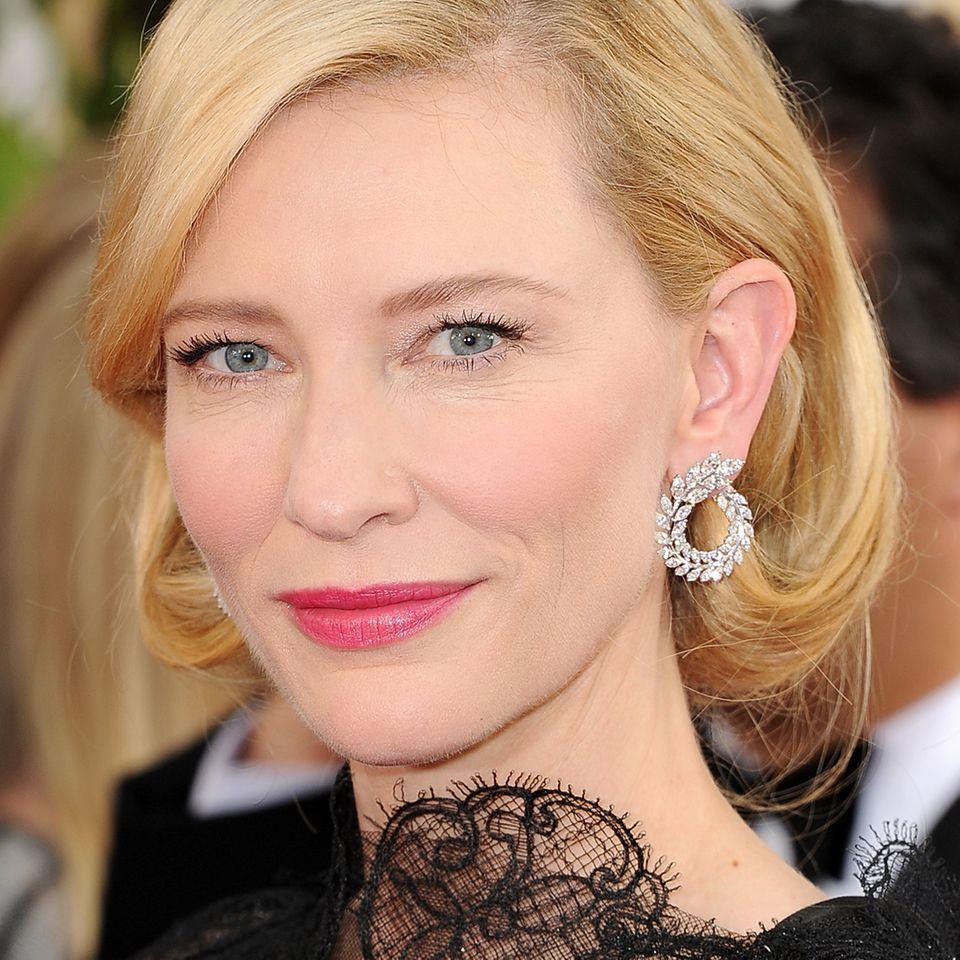 """Golden-Globes-Glamour strahlt Cate Blanchett zu ihrer Armani-Robe aus: Die in Weißgold gefassten 11-Karat-Diamant-Ohrringe von Chopard aus der """"Green Carpet Collection"""" lassen ihre hellblauen Augen noch mehr leuchten."""