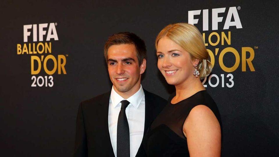 """Philipp Lahm kommt mit seiner Frau Claudia zur Verleihung. """"Es war mir ein Bedürfnis meinen Mann an diesem wichtigen Abend zu begleiten. Ich bin stolz auf Philipp, dass er in die Weltmannschaft 2013 gewählt wurde"""", sagte Claudia Lahm zu Gala."""