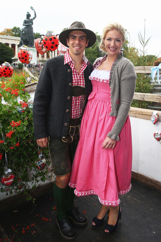 """Philipp Lahm und Ehefrau Claudia besuchen jedes Jahr zusammen das Oktoberfest. In der """"Käfer Wies'n-Schänke"""" wird dann gemeinsam mit den Mannschaftskollegen gefeiert. Geheiratet hat das Paar 2010, Sohn Julian wurde 2012 geboren."""
