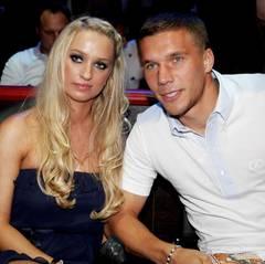 """Lukas Podolski und Ehefrau Monika führen eine Fernbeziehung, Lukas spielt bei """"Arsenal London"""" und Monika pendelt regelmäßig, um Sohn Louis nicht in Köln aus der Schule nehmen zu müssen. Mit der Hochzeit ließen sie sich ganz schön Zeit: Sie kennen sich bereits seit ihrer Jugend, doch geheiratet haben sie erst 2011."""