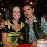 Miroslaw Klose und seine Frau Sylwia sind das deutsch-polnische Traumpaar. Seit 2004 sind sie verheiratet, seit 2005 Eltern von Zwillingssöhnen.