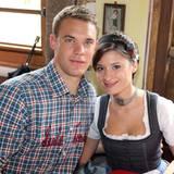 Friseurmeisterin Kathrin Gilch und Nationaltorhüter Manuel Neuer sind seit 2008 ein Paar. Gilch zog für Neuer schon nach Gelsenkirchen und folgt ihm auch nach München, wo sie in einem Top-Salon arbeitet.