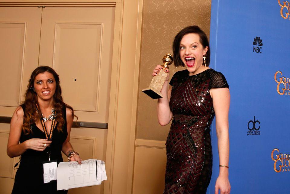 """Elisabeth Moss freut sich backstage über ihren Preis als beste Schauspielerin in einer Mini-Serie, den sie für ihre Rolle in """"Top of the Lake"""" bekommt."""