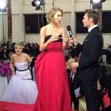 Das Bild der diesjährigen Golden Globes: Jennifer Lawrence photobombt Taylor Swift im Interview mit Ryan Seacrest.