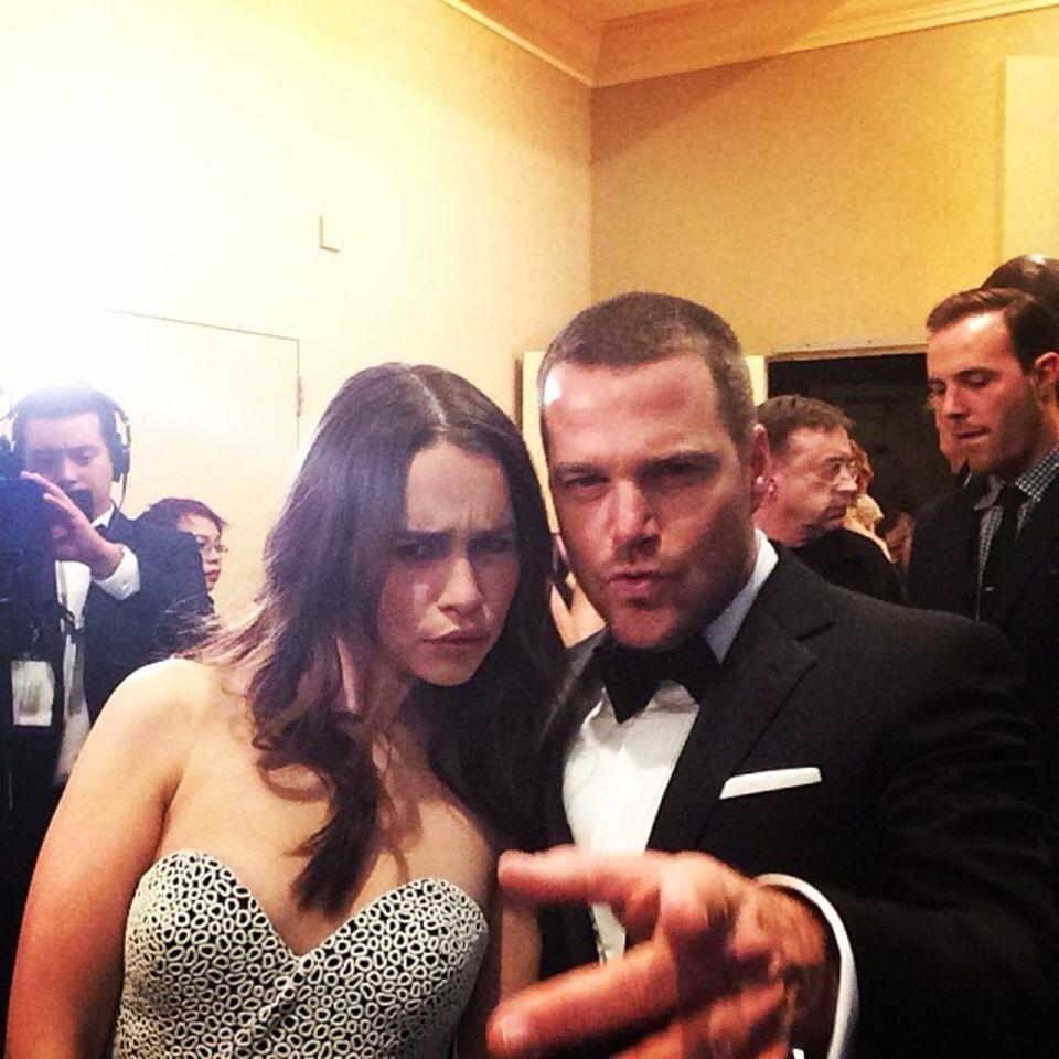 Chris O'Donnell und Emilia Clarke schneiden Grimassen im Backstagebereich.