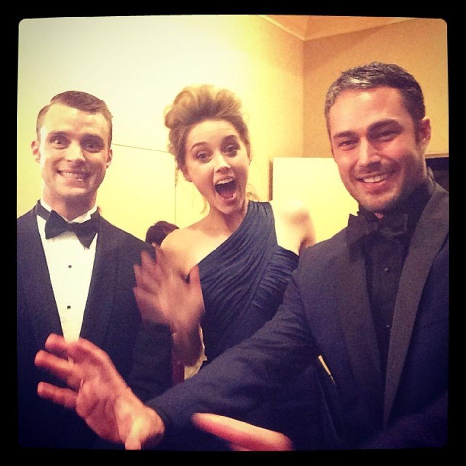 Jesse Spencer, Amber Heard & Taylor Kinney feiern backstage bei den Golden Globes.