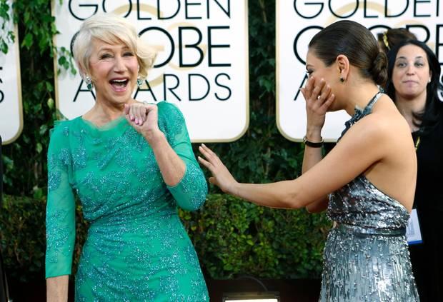 Dame Helen Mirren und Mila Kunis haben viel Spaß auf dem roten Teppich.