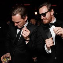 """Benedikt Cumberbatch und Michael Fassbender tanzen auf der """"Fox"""" After-Show-Party."""