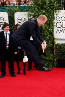 Zooey Deschanel und Jesse Tyler Ferguson machen Späßchen auf dem roten Teppich.