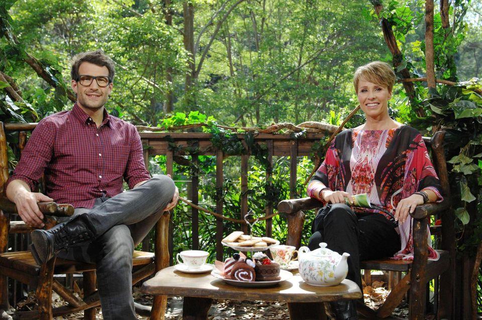 """Tag 5  Das Moderatorengespann Daniel Hartwich und Sonja Zietlow machen es sich derweil mit Tee und Kuchen gemütlich. Alle Infos zu """"Ich bin ein Star - Holt mich hier raus!"""" im Special bei RTL.de: http://www.rtl.de/cms/sendungen/ich-bin-ein-star.html"""