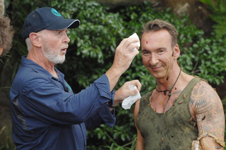 """Tag 13  Dr. Bob verarztet Jochen, nachdem er von einer Ratte gebissen wurde. Alle Infos zu """"Ich bin ein Star - Holt mich hier raus!"""" im Special bei RTL.de: http://www.rtl.de/cms/sendungen/ich-bin-ein-star.html"""