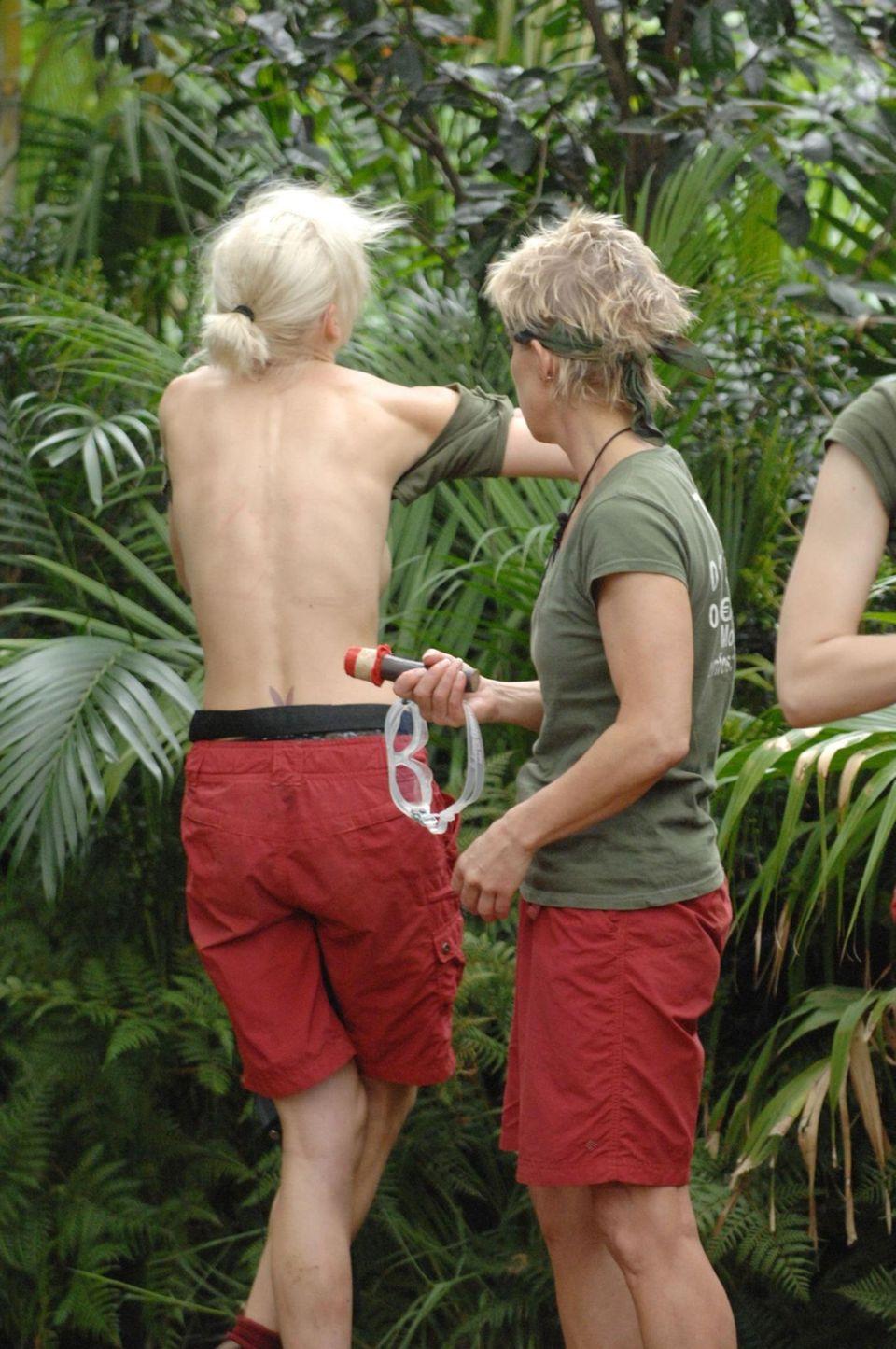"""Tag 15  Melanie Müller muss schnell einen Dschungelbewohner aus ihrem BH entfernen. Alle Infos zu """"Ich bin ein Star - Holt mich hier raus!"""" im Special bei RTL.de: http://www.rtl.de/cms/sendungen/ich-bin-ein-star.html"""