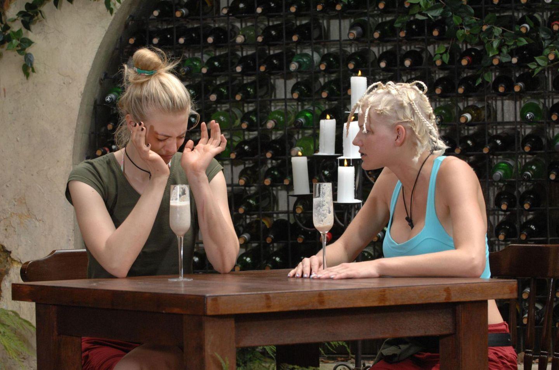 """Tag 5  Im Gegensatz zu Melanie kriegt Larissa keinen Schluck runter. Alle Infos zu """"Ich bin ein Star - Holt mich hier raus!"""" im Special bei RTL.de: http://www.rtl.de/cms/sendungen/ich-bin-ein-star.html"""