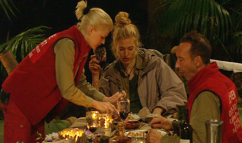 """Tag 16  Melanie, Larissa und Jochen haben sich ein ausgiebiges Mahl redlich verdient und schlemmen am letzten Abend im Dschungel.  Alle Infos zu """"Ich bin ein Star - Holt mich hier raus!"""" im Special bei RTL.de: http://www.rtl.de/cms/sendungen/ich-bin-ein-star.html"""