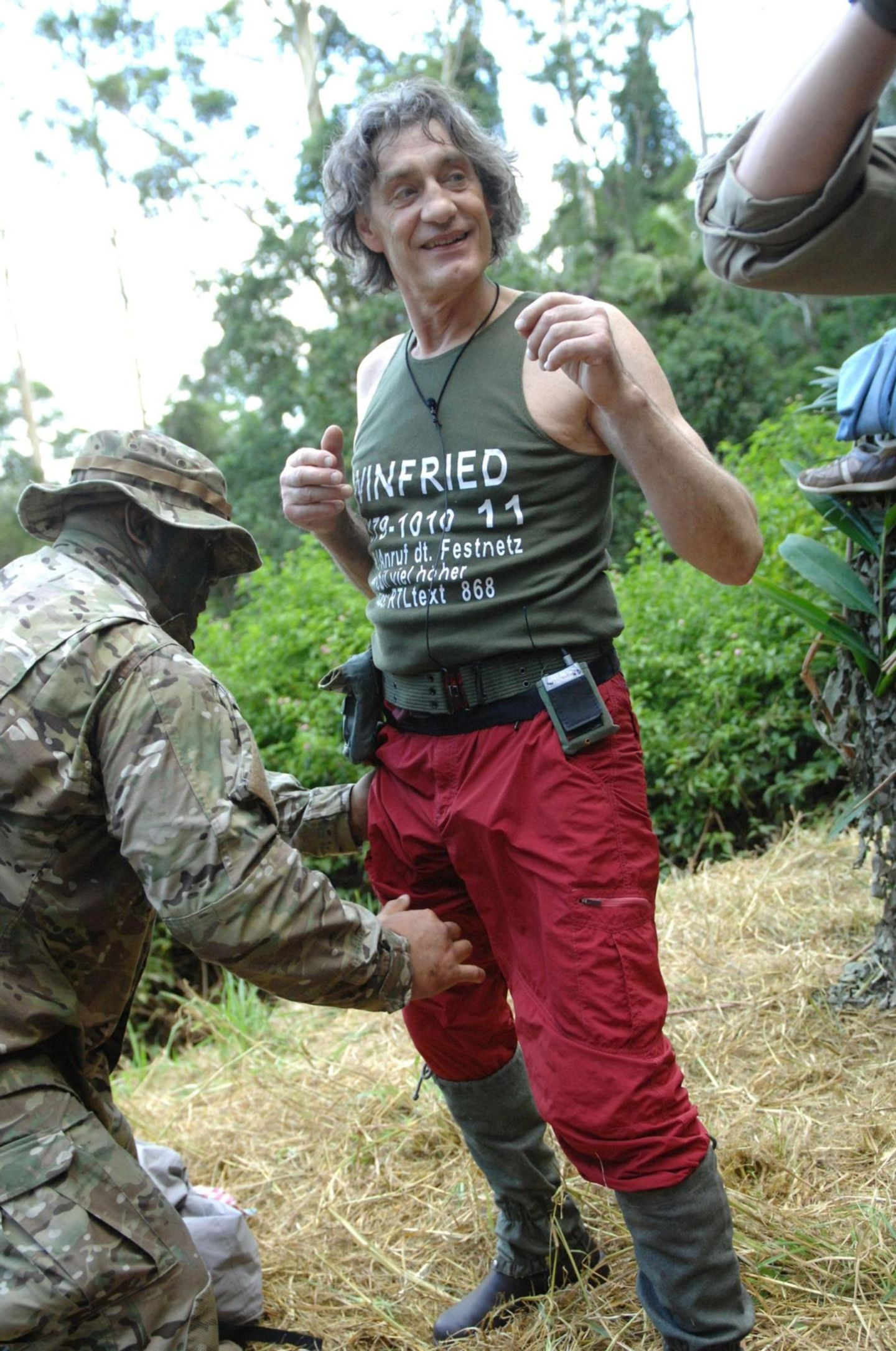 """Tag 1  Winfried Glatzeder freut sich offenbar über den letzten Körperkontakt, den er vorm Einzug ins Camp mit dem Ranger hat.  Alle Infos zu """"Ich bin ein Star - Holt mich hier raus!"""" im Special bei RTL.de: http://www.rtl.de/cms/sendungen/ich-bin-ein-star.html"""