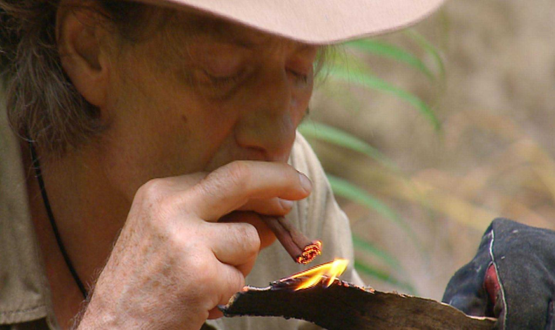 """Tag 7  Die strenge Nikotinrationierung von fünf Zigaretten pro Tag und Camper bringt Winfried auf eine kuriose Idee: Er baut sich aus einer halben Zigarette und ein paar Palmenblättern eine ganz eigene Dschungelzigarette. Alle Infos zu """"Ich bin ein Star - Holt mich hier raus!"""" im Special bei RTL.de: http://www.rtl.de/cms/sendungen/ich-bin-ein-star.html"""