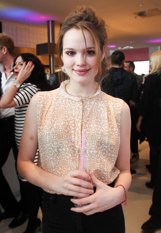 Nachwuchsstar Emilia Schüle ist auch mit von der Brunch-Partie im Hotel Ellington.