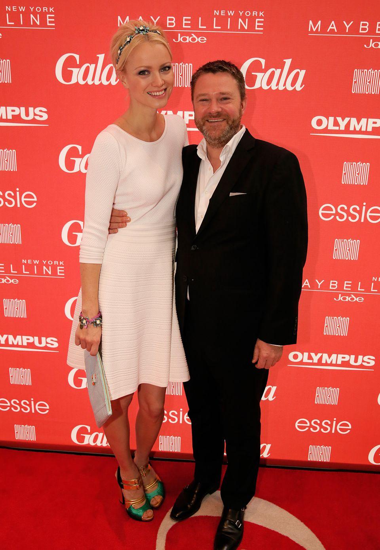 Ein herzliche Begrüßung bekommt Topmodel Franziska Knuppe von GALA-Chefredakteur Christian Krug.