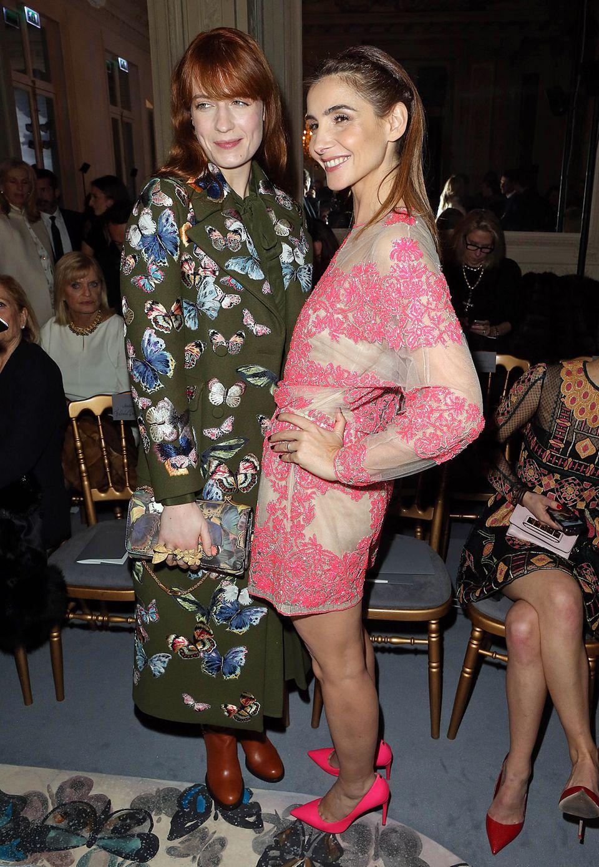 Florence Welch und Clotilde Courau sehen sich gemeinsam die Show von Valentino an.