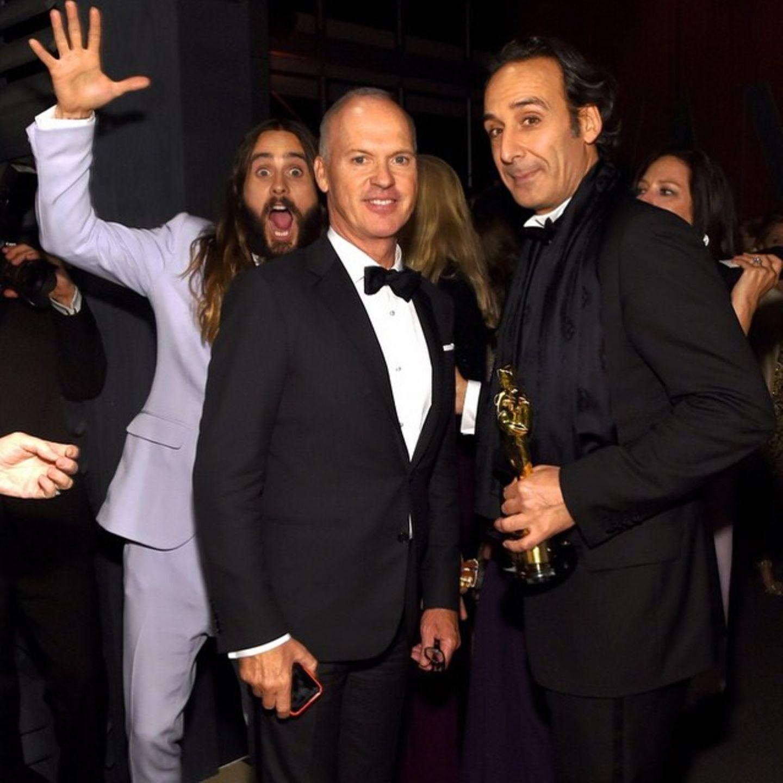 Während der Oscars crasht Jared Leto das Foto von Michael Keaton und Alexandre Desplat.