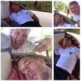 Der schalfende Lukas Podolski merkt nicht, wie sein Nationalmannschaftskollege Bastian Schweinsteiger ihn photobombt.