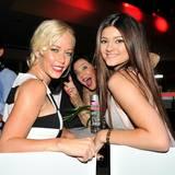 Beim gemütlichen Beisammensitzen werden Model Kendra Wilkinson und Kylie Jenner von Kris Jenner gephotobombt.