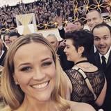 Auch Reese Witherspoon wird Opfer einer Photobomb.