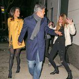 Amal und George Clooney kommen von einem romantischen Abendessen in einem New Yorker Restaurant. Dabei macht ein weiblicher Fan unbewusst eine lustige Photobomb - Amal und George scheint es zu amüsieren.