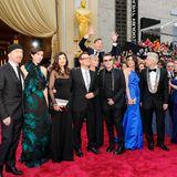 """Als ob er das Photobomben gelernt hat: Benedict Cumberbatch springt bei den Oscars hinter der Band """"U2"""" und überragt alle."""