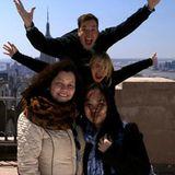 """Cameron Diaz und Jimmy Fallon überraschen Touristen auf dem Rockefeller Center mit einer echten """"Celebrity Photobomb""""."""