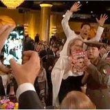 """Bei der Verleihung der """"Golden Globes"""" crasht Benedict Cumberbatch das Foto von Meryl Streep und Margaret Cho, die von seiner """"Fotobombe"""" gar nichts mitbekommen."""