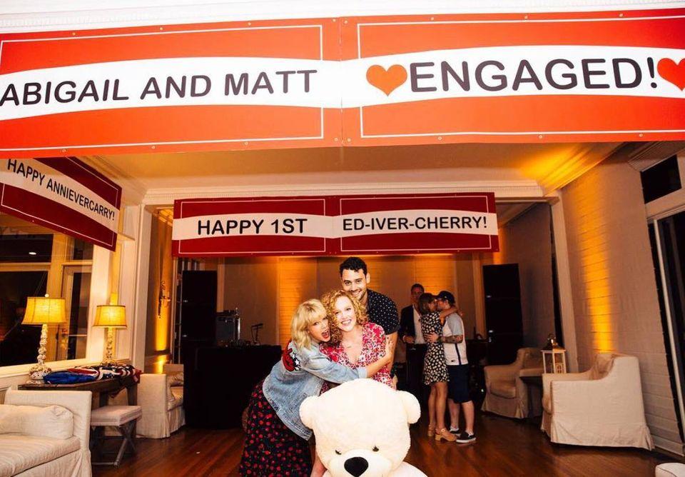 Mit einer herzlichen Umarmung gratuliert Taylor Swift ihrer besten Freundin Abigail Anderson zu ihrer Verlobung mit Matt Lucier. Aber wer photobombt denn da knutschend im Hintergrund? Ed Sheeran und seine Freundin Cherry Seaborn! Das verliebte Pärchen feiert zeitgleich ihren ersten Jahrestag.