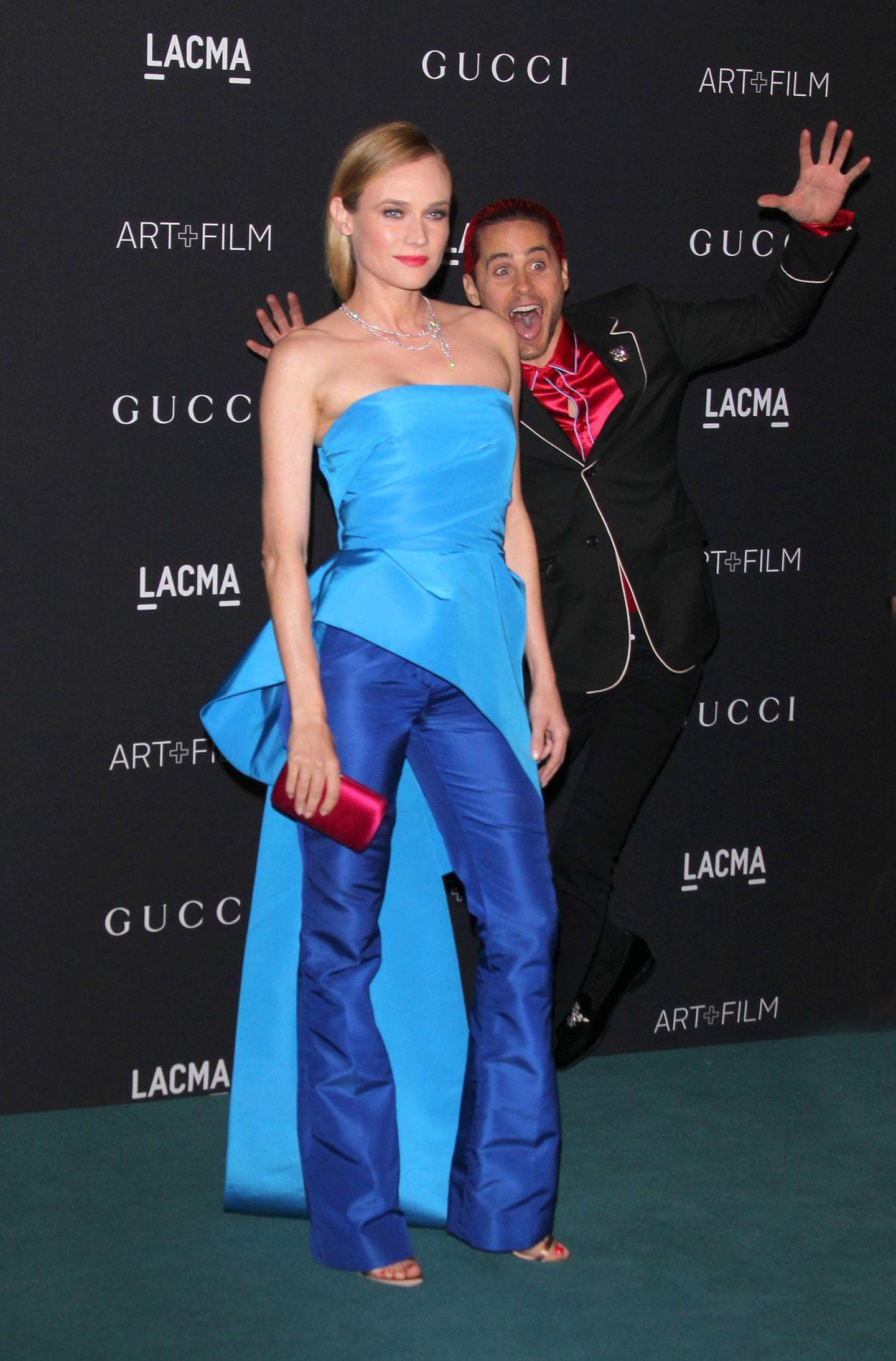 """Jared Leto kann's nicht lassen. Während Diane Kruger bei der """"LACMA Art+Film""""-Gala für die Fotografen posiert, springt der Schauspieler ins Bild. Das ergibt natürlich ein viel lustigeres Motiv."""