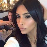 Wie zufällig oder gestellt diese Photobomb von Kim Kardashians Stylisten Mario Dedivanovic ist, ist anhand des Bildes nicht mehr nachzuvollziehen.